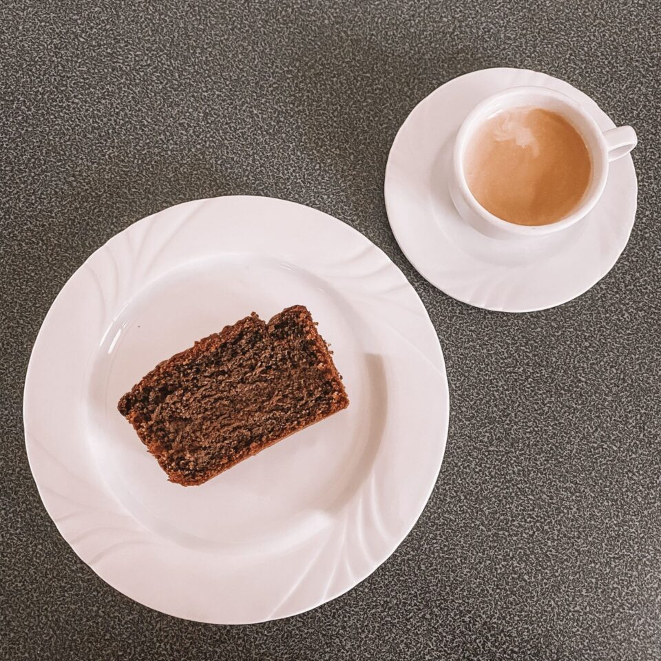 Immagine di una fetta di plumcake al caffè