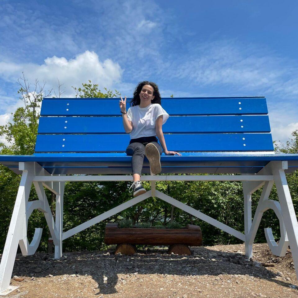 Fotografia sulla panchina gigante a San Pellegrino